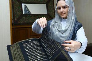 Азербайджанская художница создала первый в мире Коран из шелка с золотыми буквами
