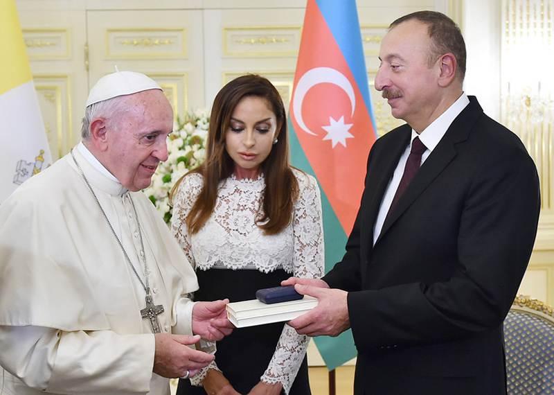 ilham-aliyev-papa-rimskiy