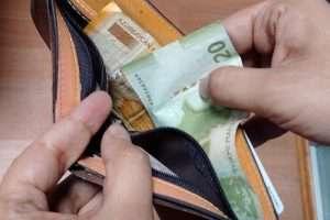 Реальные зарплаты и доходы населения в Азербайджане упали на 20%