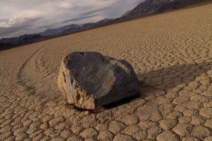 Загадка движущихся камней