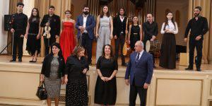 Иностранные студенты на сцене в Баку