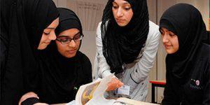 """На учащихся в хиджабах в Азербайджане """"давят"""" в школах и вузах"""